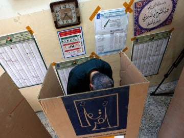 Un elector en una cabina electoral en Irak