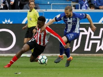 Iñaki Williams intenta llevarse el balón ante Víctor Laguardia