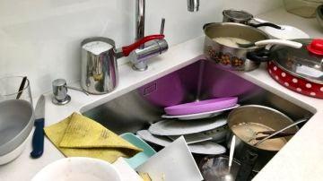 Imagen de archivo de platos sucios
