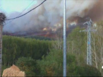 El viento dificulta la extinción del incendio en Santa Colomba del Curueño, en León