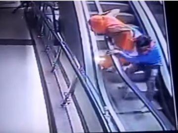 Segundo después a que la bebé cayera por el hueco de la escalera mecánica