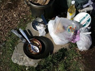 Sartenes y utensilios de cocina sucios