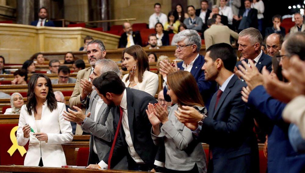 Arrimadas, aplaudida por su grupo en el Parlament