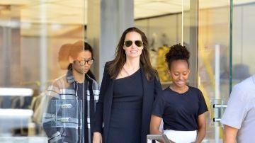 Angelina Jolie con sus hijos Zahara y Maddox