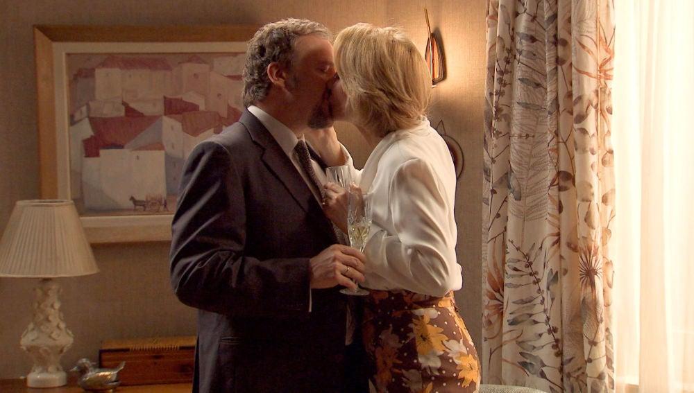 Ernesto besa apasionadamente a Matilde pensando en Charo