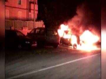 Arden tres vehículos en lo que podría ser un ajuste de cuentas