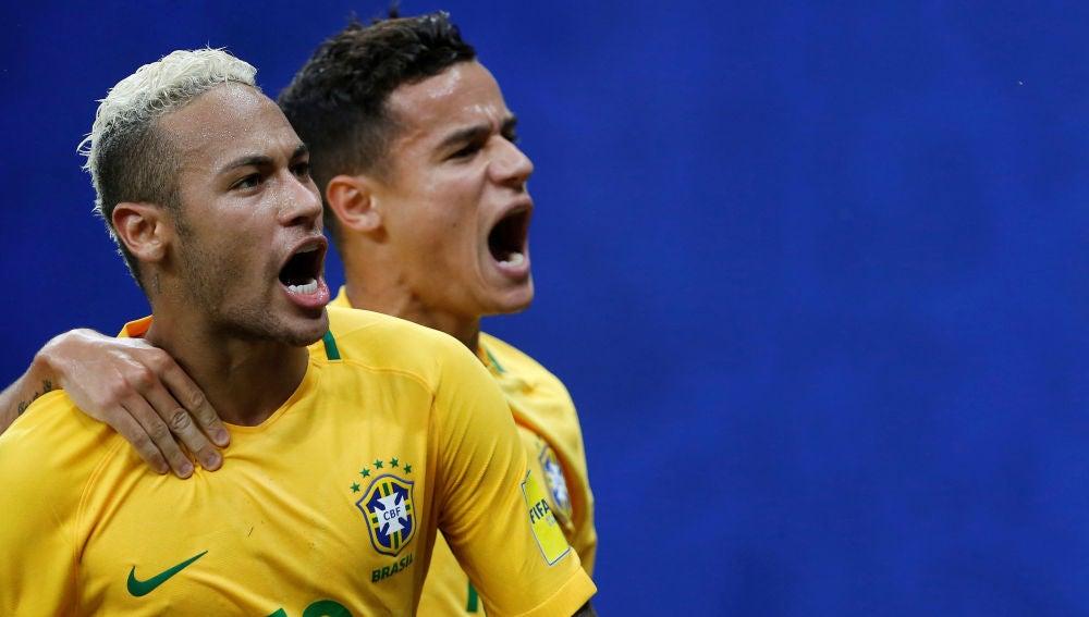 Neymar y Coutinho celebran un gol con Brasil