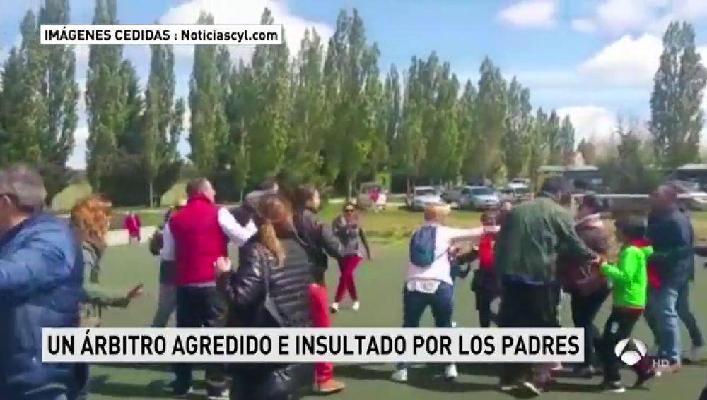 Varios padres intentan agredir al árbitro en un partido de fútbol de niños de siete años en Arévalo, Ávila