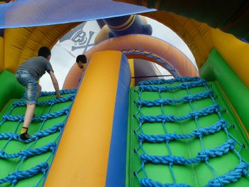 Unos niños juegan en un castillo hinchable