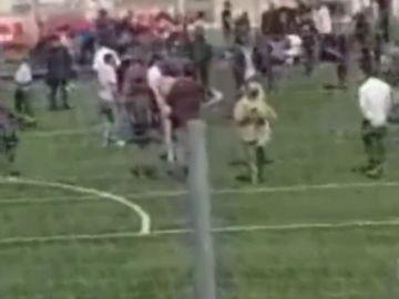 Once heridos leves al caer una grada de un campo de fútbol durante una entrevista a Iniesta