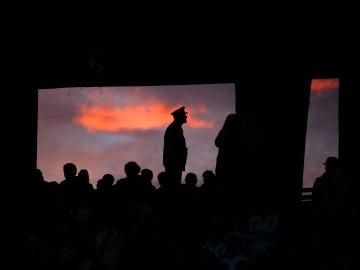 Un Policía vigila uno de los accesos al estadio Monumental de River Plate