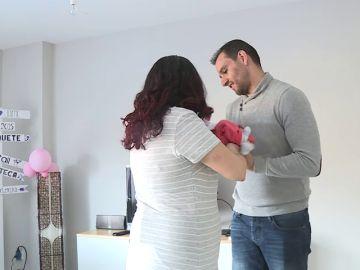 Un pareja con su hijo recién nacido