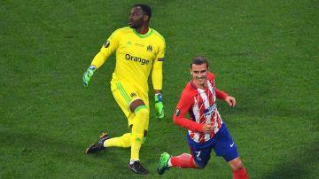 Antoine Griezmann junto a Mandanda tras marcar gol en la final de Europa League