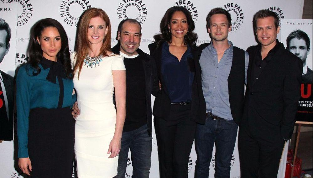 Meghan Markle junto a los actores de 'Suits'