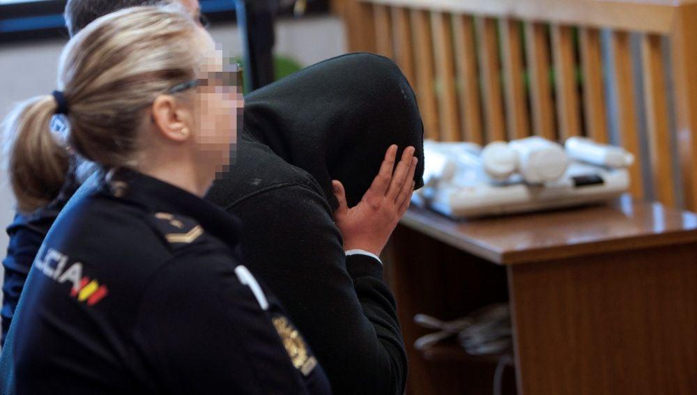 El acusado de crear un perfil falso en la red social Badoo con el que sedujo a una mujer