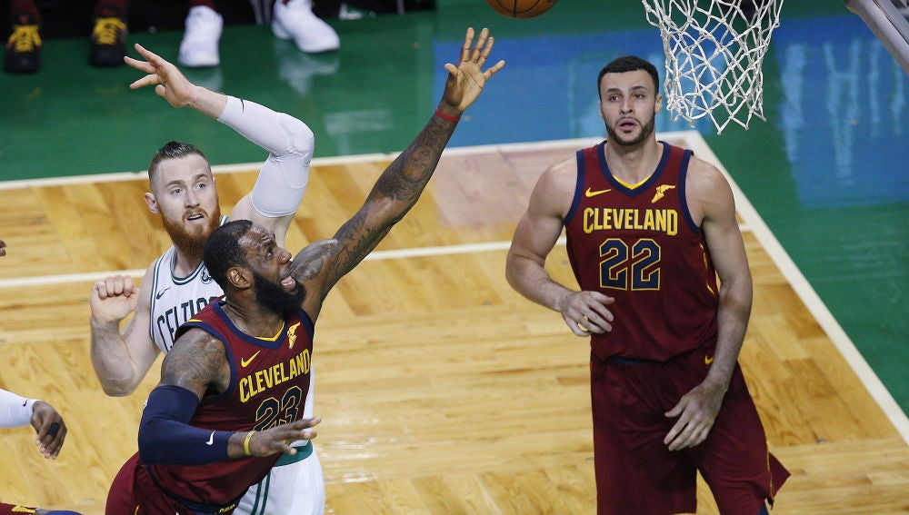 LeBron James pelea por un balón ante los Celtics