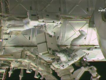 Dos astronautas de la NASA realizan una caminata espacial