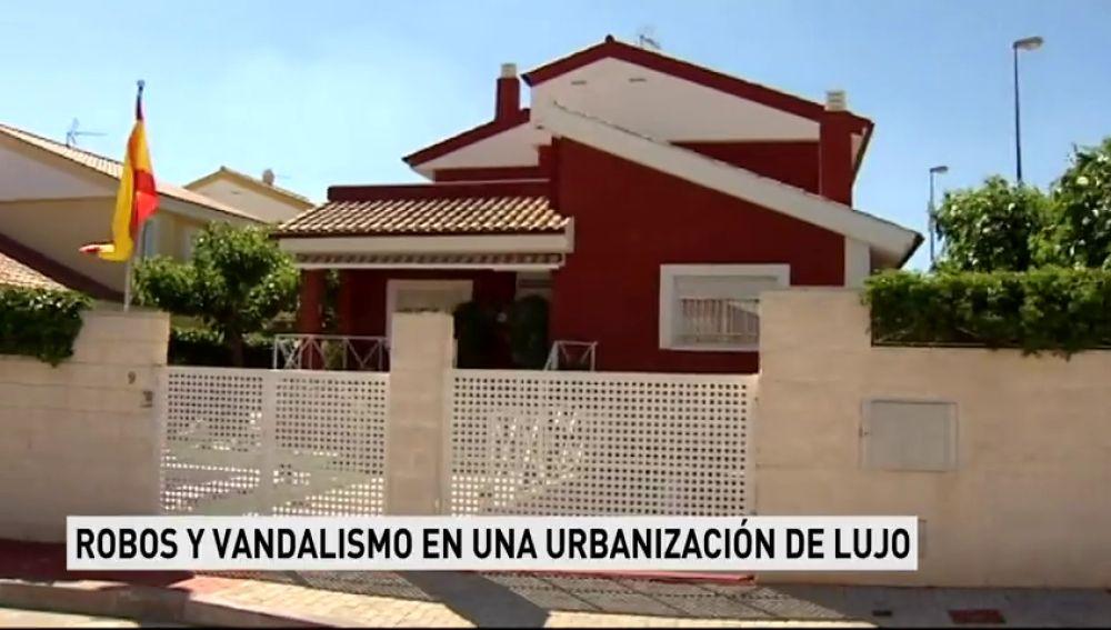 Vecinos denuncian robos y vandalismo en una urbanización de lujo en Murcia