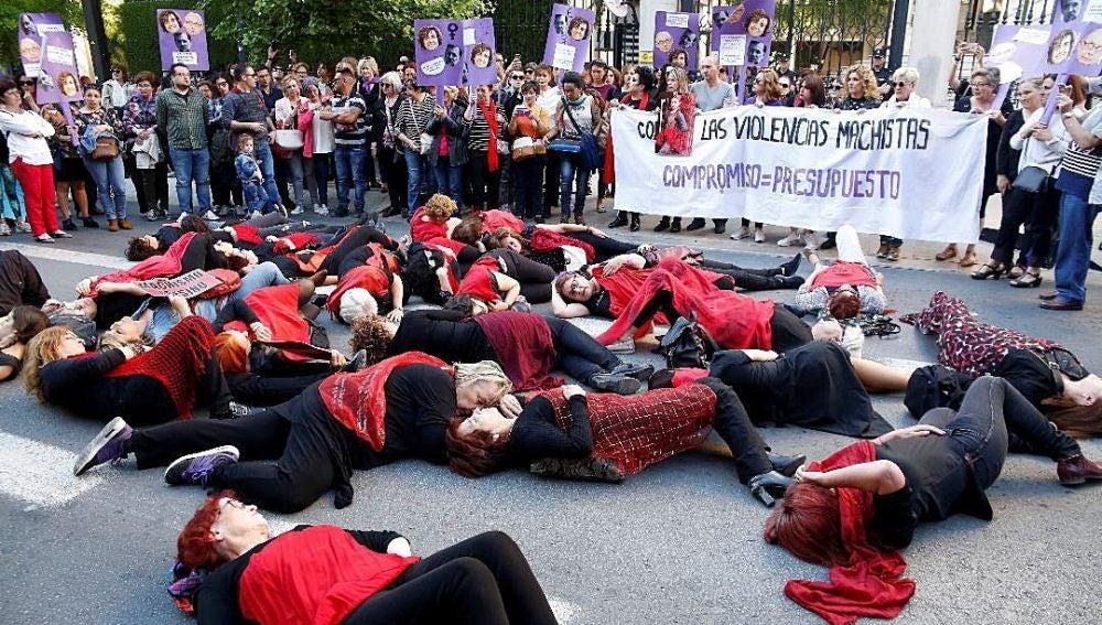Una performance realizada durante la manifestación convocada esta tarde en Granada
