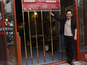 El dueño del restaurante en la puerta