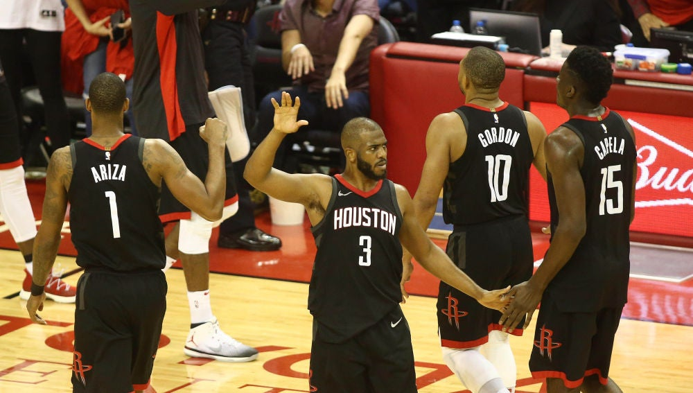 Los jugadores de los Rockets, durante le segundo partido de la serie ante los Warriors