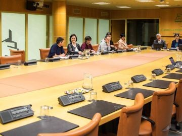 Los representantes del PP, EH Bildu, Elkarrekin Podemos, PNV y PE-EE, al comienzo de la reunión
