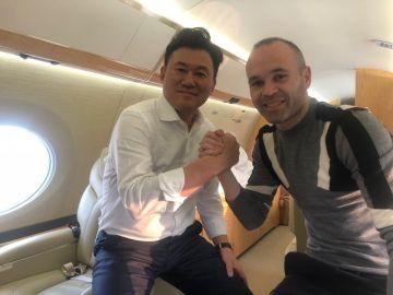 Andrés Iniesta, en el avión con Mikitani, el dueño de Rakuten