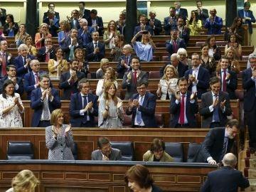 Diputados del PP aplauden tras la aprobación de los Presupuestos