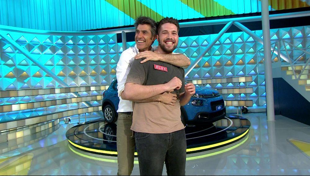 El bonito y agarrado baile de Jorge y un concursante de 'La ruleta de la suerte'