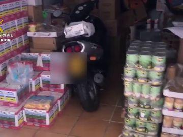 El detenido por reclamar favores sexuales a cambio de comida, defraudó alrededor de 4.300 euros en alimentos que debía repartir