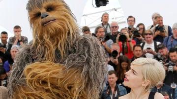 Chewbacca y Emilia Clarke en Cannes