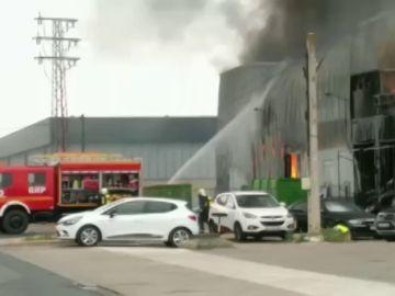 Espectacular incendio en una nave industrial de Alcalá de Guadaíra