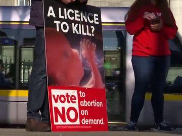 Irlanda votará si suaviza una ley que lleva a las mujeres a abortar fuera