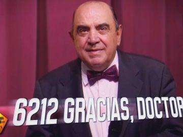 El inesperado homenaje a José María Román, el cirujano que se jubila tras 6.212 operaciones de cáncer de mamá