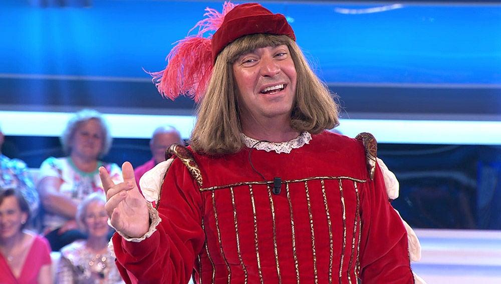Arturo Valls desata las risas al descubrir un invento de su traje de juglar