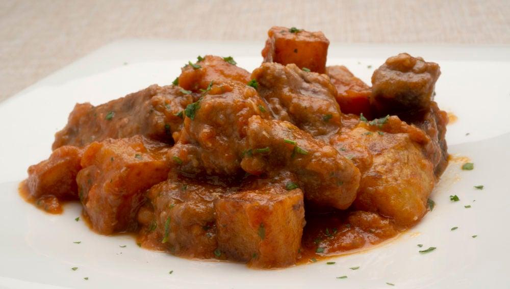 carne con tomate y patatas