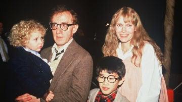 De izquierda a derecha, Dylan Farrow, Woody Allen, Moses Farrow y Mia Farrow
