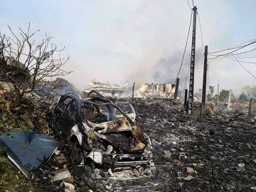 Un coche calcinado tras la explosión
