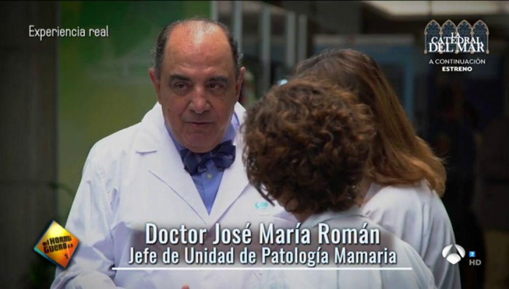 El inesperado homenaje a José María Román, el cirujano que se jubila tras 6.212 operaciones de cáncer de mama