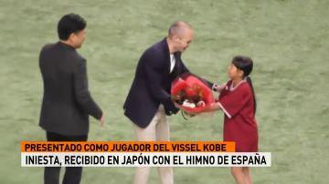 Andrés Iniesta, recibido con el himno de España en Japón