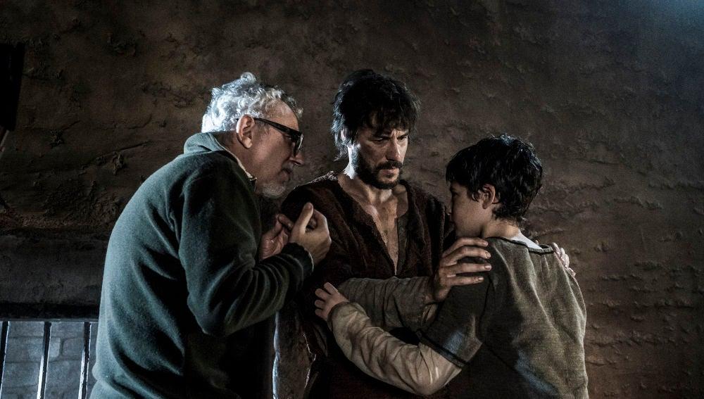 Daniel Grao y Jordi Frades ayudando a Hugo Arbués en el rodaje
