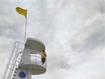 Bandera amarilla en una playa española
