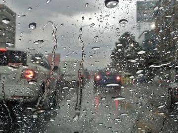 Vehículos parados por la intensa lluvia en Madrid