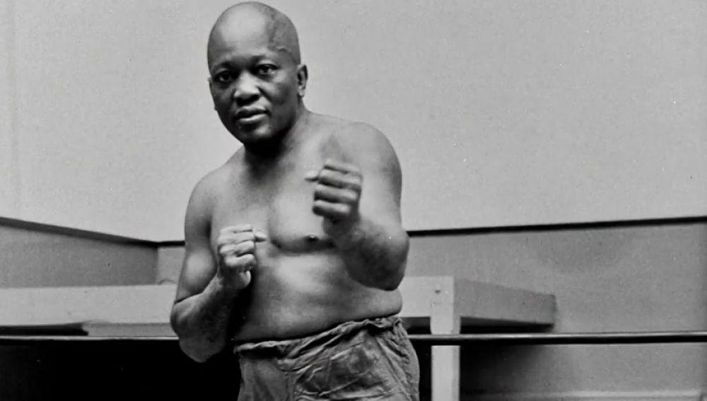 Trump otorga su perdón presidencial a un boxeador negro condenado hace más de 100 años