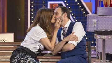 """El tierno momento de Mariló Montero y Roberto Vilar: """"Es la primera mujer que me besa en 'La noche de Rober'"""""""