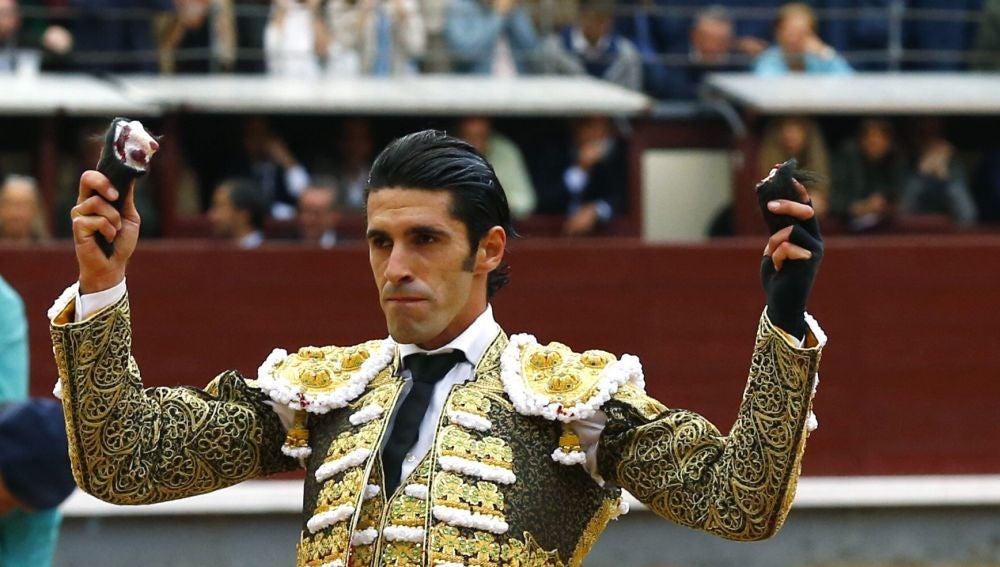 El diestro Alejandro Talavante tras cortar dos orejas en el decimoctavo festejo de la Feria de San Isidro