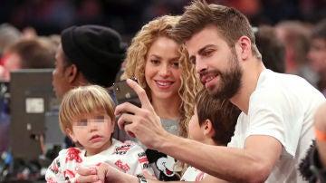Piqué y Shakira junto a sus hijos