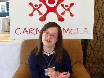 Carmela posa con uno de sus diseños