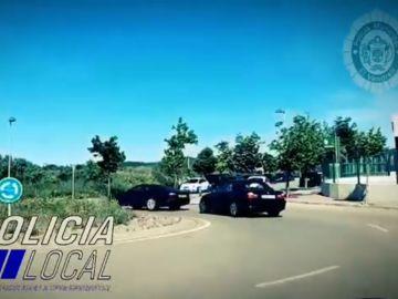 Un coche remolcando a otro