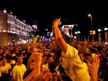 Aficionados del Real Madrid celebran la 13ª Champions en Cibeles